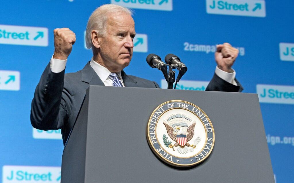 """ג'ו ביידן מופיע בוועידה של ג'יי סטריט בעת שהיה סגן נשיא ארה""""ב, ב-30 בספטמבר 2013 (צילום: Ron Sachs/J Street)"""