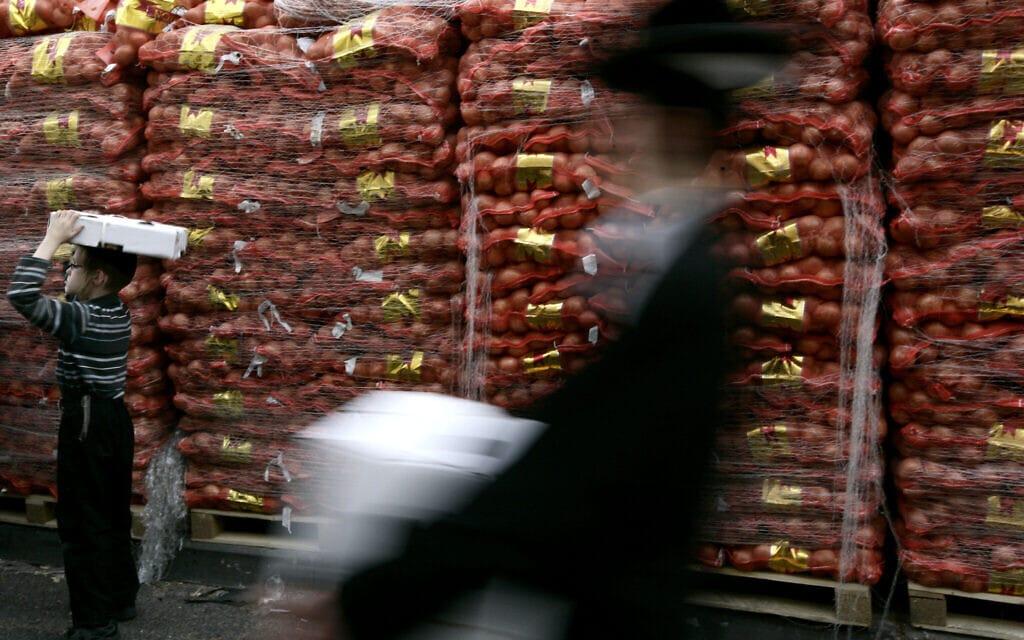 חלוקת מזון במגזר החרדי. אילוסטרציה (צילום: אביר סולטן/פלאש90)
