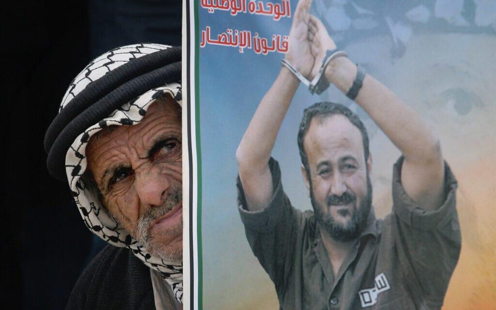 .פלסטיני עם שלט של מרואן ברגותי (צילום: Issam Rimawi/FLASH90)