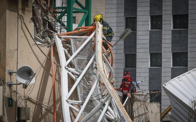 צוות חילוץ מגיע לאתר בנייה ברמת גן שבו קרס מנוף לתוך בניין. מפעיל העגורן נפצע באורח בינוני. מרץ 2017 (צילום: Flash90)