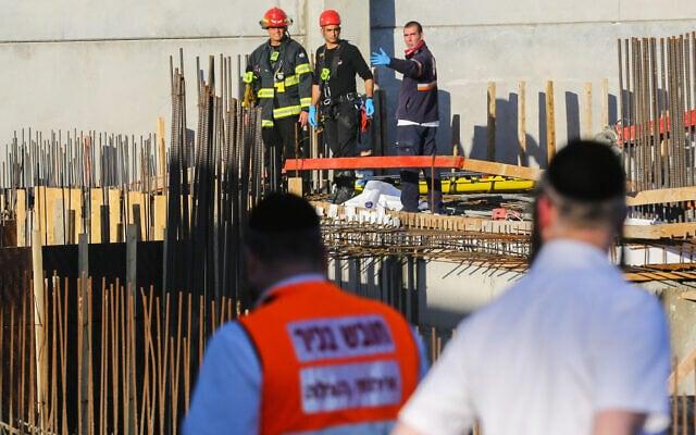 צוותי חילוץ ורפואה מגיעים לאתר בנייה בקרית גת שבו נהרג עובד בתאונת עבודה. דצמבר 2019 (צילום: Flash90)