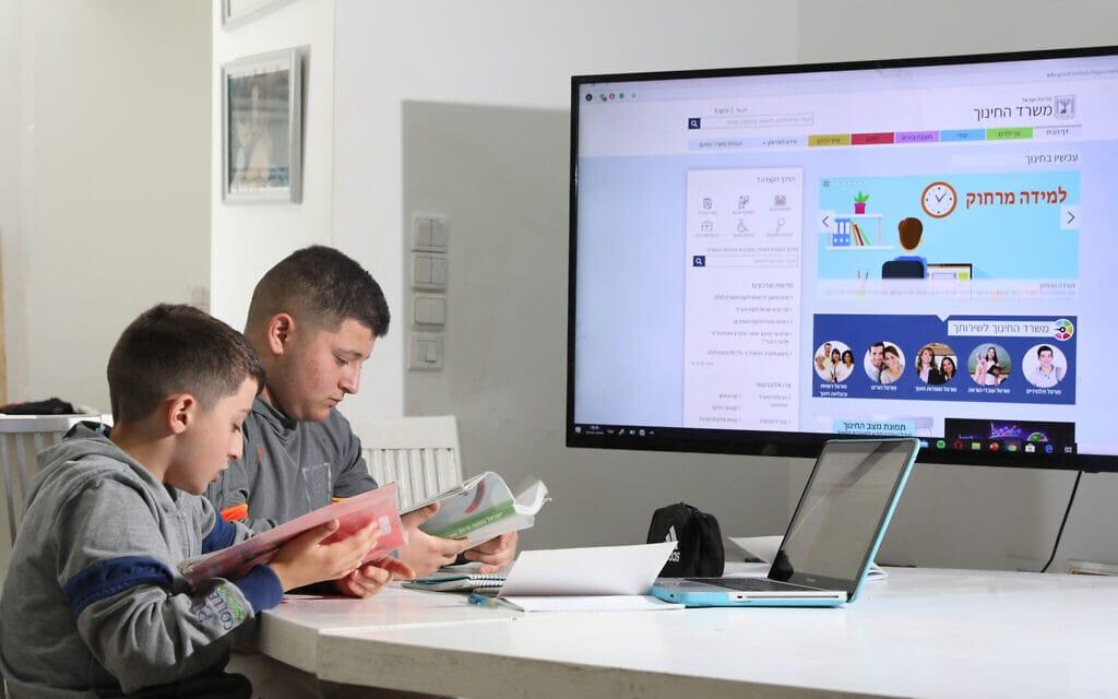 תלמידים לומדים מרחוק בביתם. מרץ 2020 (צילום: יוסי אלוני/פלאש90)
