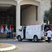איש צוות רפואי מחוץ למלון דן בירושלים, שהפך למתקן בידוד. אפריל 2020 (צילום: Yossi Zamir/Flash90)