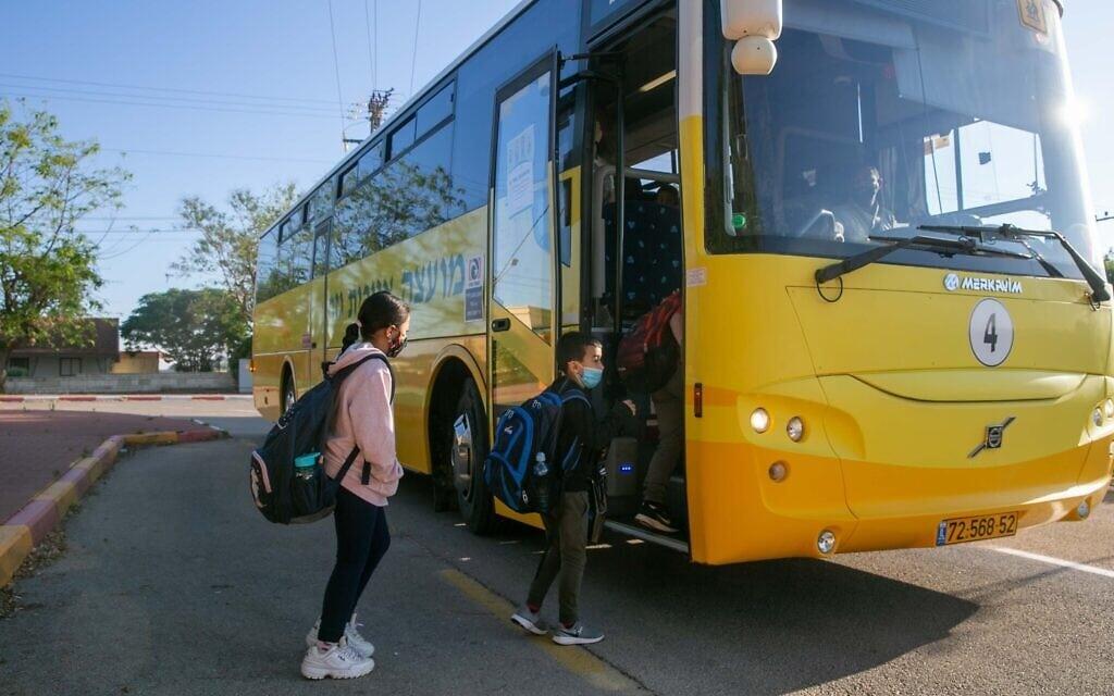 תלמידים עולים להסעה לבית הספר. מאי 2020 (צילום: Yossi Aloni/Flash90)