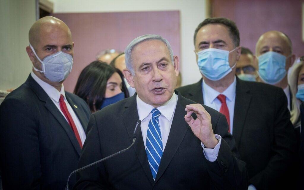 נתניהו בבית המשפט המחוזי ירושלים בעת פתיחת משפטו, ב-24 במאי 2020 (צילום: יונתן זינדל/פלאש90)