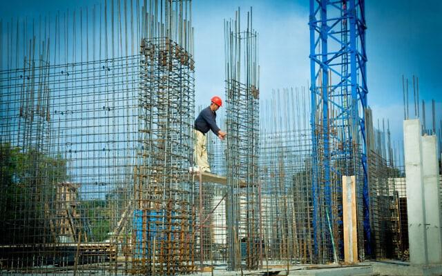 אילוסטרציה. פועל באתר בנייה (צילום: Moshe Shai/FLASH90)