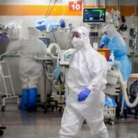 אנשי צוות רפואי במחלקת הקורונה של המרכז הרפואי שיבא, תל השומר. יולי 2020 (צילום: Yossi Zeliger/Flash90)
