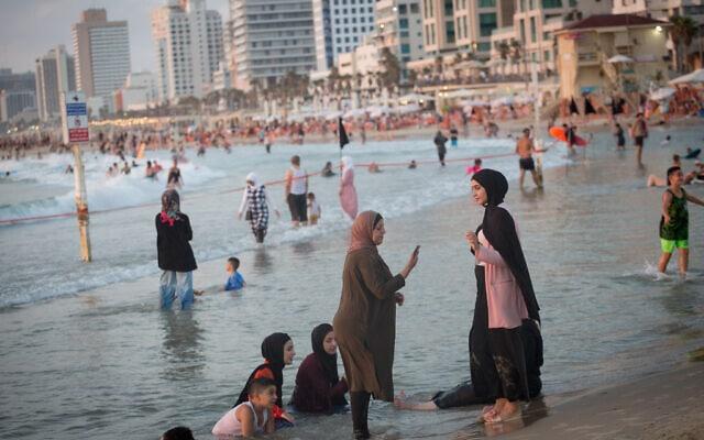 אילוסטרציה, נשים ערביות בחוף הים של תל אביב, אוגוסט 2020, למצולמות אין קשר לנאמר (צילום: Miriam Alster/Flash90)