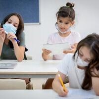 תלמידים במסיכה בכיתה. אוגוסט 2020 (צילום: Chen Leopold/FLASH90)