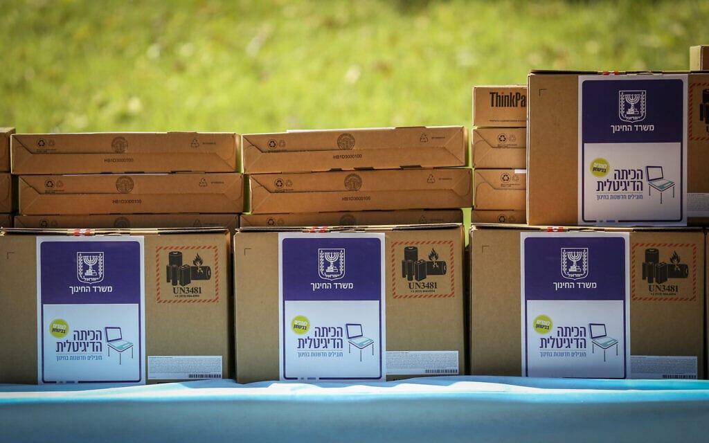 טקס חלוקת מחשבים ניידים למוסדות חינוך בצפת, אוקטובר 2020 (צילום: David Cohen/Flash90)