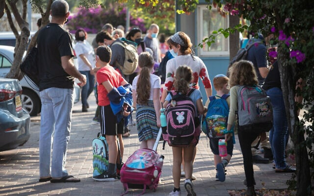 תלמידים בירושלים עושים דרכם לבית הספר, 1 בנובמבר 2020 (צילום: הדס פרוש, פלאש 90)