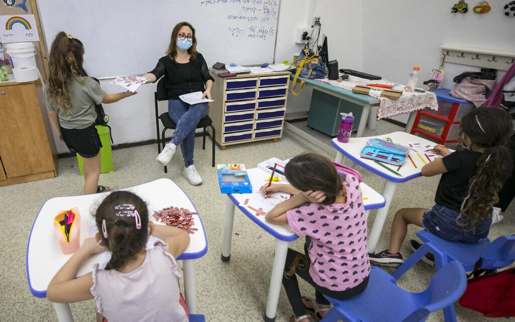 תלמידי בית ספר יסודי כרמים בירושלים ביום הראשון ללימודים אחרי הסגר של הגל השני, 1 בנובמבר 2020 (צילום: אוליביה פיטוסי / פלאש 90)