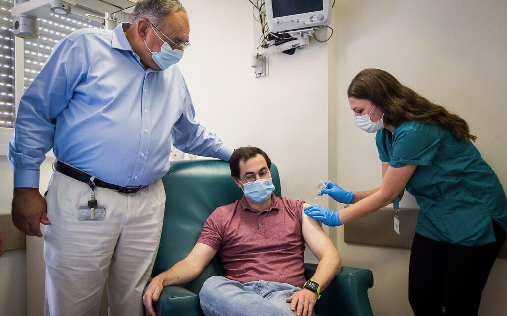 פרופ' זאב רוטשטיין פוגש בהדסה את החולה הראשון שמקבל חיסון ניסיוני נגד קורונה, 1 בנובמבר 2020 (צילום: יונתן סינדל / פלאש 90)