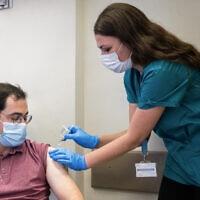 ענר אוטולנגי, אחד משני המתנדבים שהיו הראשונים להתחסן בחיסון שפיתח המכון הביולוגי בנס ציונה, בבית החולים הדסה עין כרם, 1 בנובמבר 2020 (צילום: יונתן זינדל/פלאש 90)