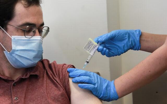 ענר אוטולנגי, אחד משני המתנדבים שיהיו הראשונים להתחסן בחיסון שפיתח המכון הביולוגי בנס ציונה, בבית החולים הדסה עין כרם, 1 בנובמבר 2020 (צילום: יונתן זינדל/פלאש 90)