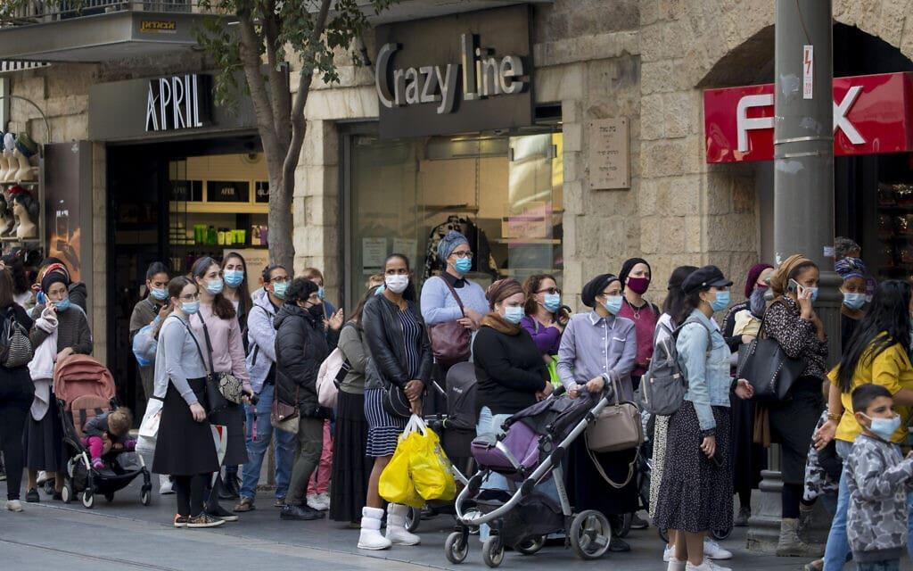 תורות ארוכים בכניסה לחנויות בירושלים,ביום פתיחת העסקים אחרי חודשיים של סגר. 8 בנובמבר 2020 (צילום: אוליבייה פיטוסי/פלאש90)