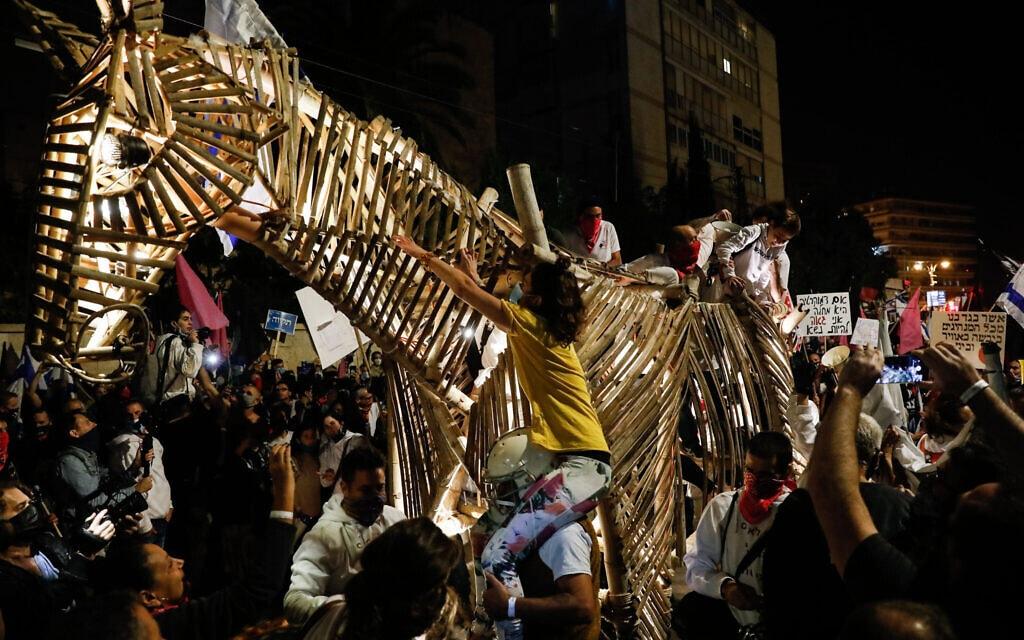 פסל של סוס טרויאני בהפגנה בבלפור, 14 בנובמבר 2020 (צילום: אוליבייה פיטוסי/פלאש90)