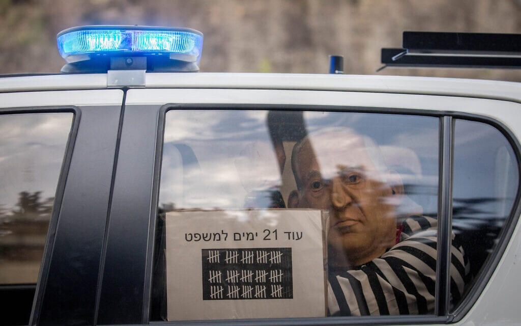 מפגין במסכה של נתניהו נעצר בכביש 1, 14 בנובמבר 2020 (צילום: יונתן זינדל/פלאש90)