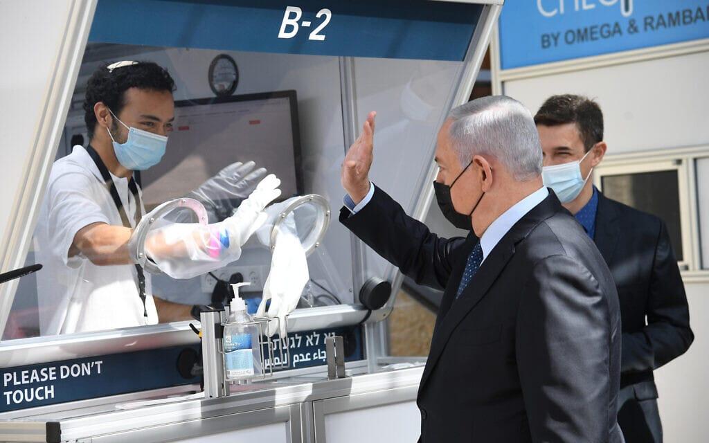 """ראש הממשלה בנימין נתניהו במעבדת הקורונה החדשה בנמל התעופה בן-גוריון, 9 בנובמבר 2020 (צילום: חיים צח, לע""""מ)"""