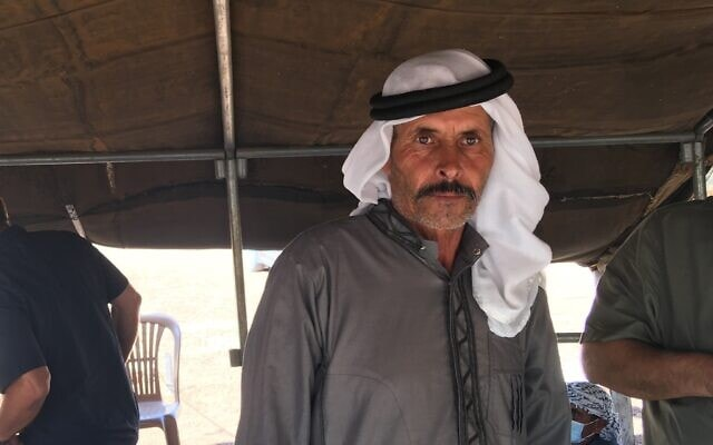 המנהיג הקהילתי סאלאמי אל-כעאבנה, אחד הגורמים המרכזיים בהקמת בית ספר בכפר ראס א-תין בגדה המערבית, 15 באוקטובר, 2020 (צילום: אהרון בוקסרמן)