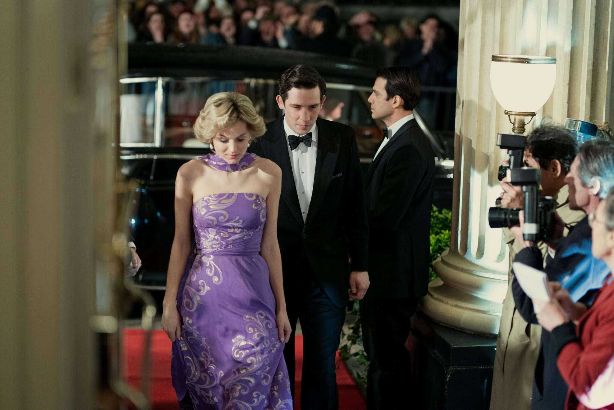 """דמויות הנסיך צ'ארלס והנסיכה דיאנה בסדרה """"הכתר"""" (צילום: Ollie Upton/Netflix)"""