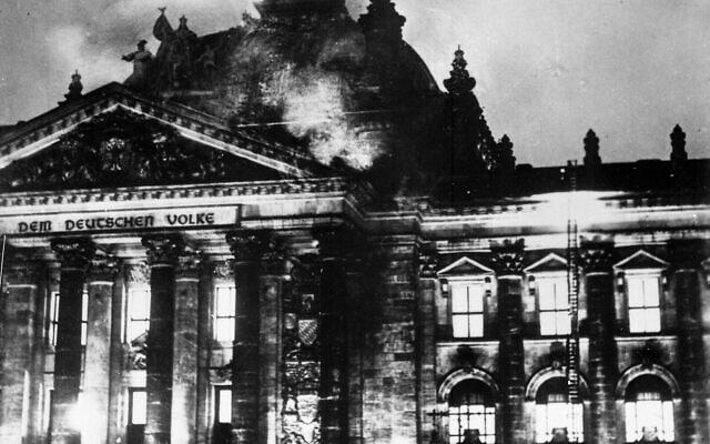 לוחמי אש נאבקים לכבות את השריפה ברייכסטאג, 27 בפברואר 1933 (צילום: רשות הכלל/הארכיון הפדרלי הגרמני)