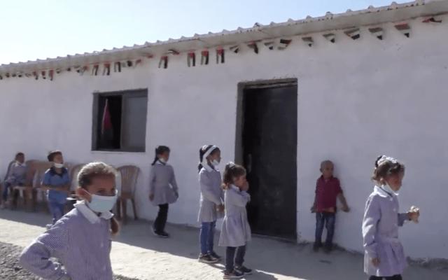 בסרטון של ארגון זכויות האדם בצלם נראים ילדים מול בית הספר בראס א-תין. 25 באוקטובר, 2020 (צילום: (צילום מסך))