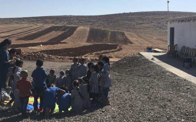 ילדים משחקים מחוץ לבית הספר בראס א-תין בגדה המערבית, שהמנהל האזרחי מאיים להרוס. 15 באוקטובר, 2020 (צילום: אהרון בוקסרמן)