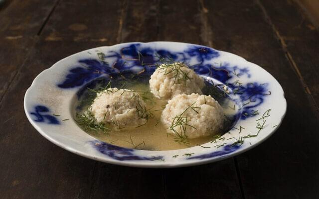 """מרק העוף של אמא של ג'ן לואיס, """"המרק של איזבל"""", כפי שהוא מופיע בספר הבישול האחרון שלה, """"מניפסט למרק עוף"""""""