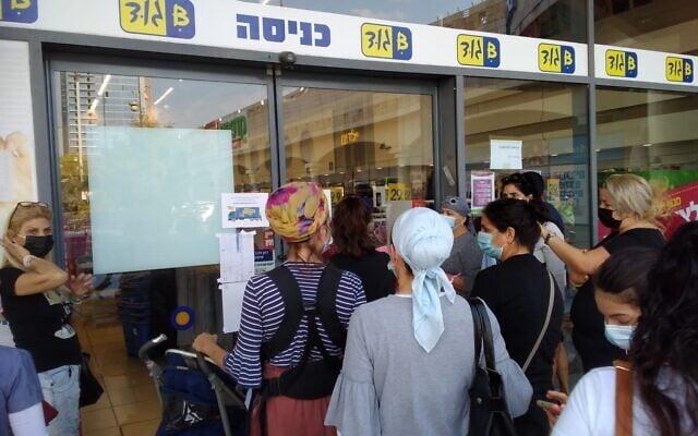 תור בכניסה לחנות במתחם Y center (יכין סנטר) בפתח תקווה, , שחזר לפעילות ביום ראשון. 9 בנובמבר 2020 (צילום: תני גולדשטיין)