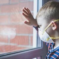 ילד בבית בתקופת הקורונה, אילוסטרציה (צילום: Augustas Cetkauskas / iStock-)