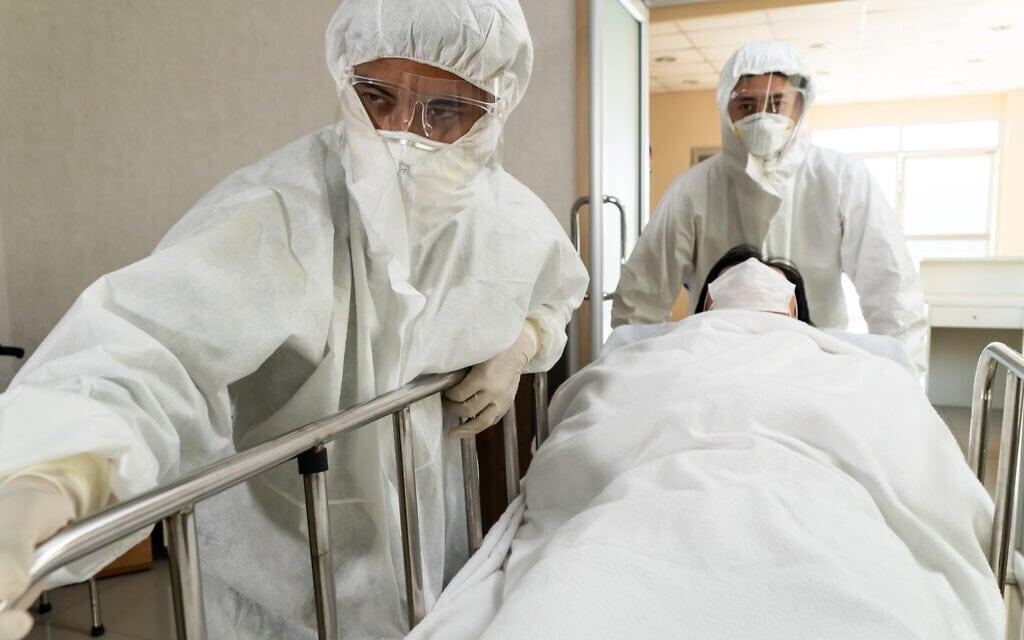 אילוסטרציה. אנשי צוות רפאוי מעבירים חולה מחלקה (צילום: iStock)