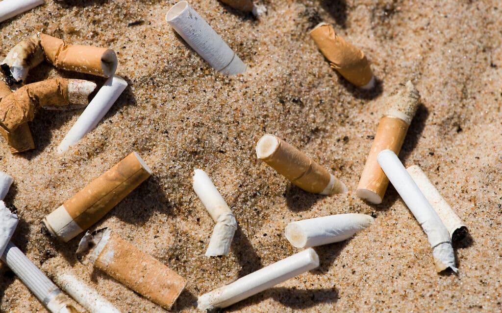 בדלי סיגריות בחוף הים. אילוסטרציה (צילום: 5xinc/iStock)