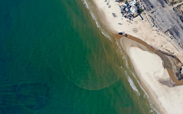 נחל פולג נשפך לחוף פולג. נובמבר 2020 (צילום: אורון קסל)