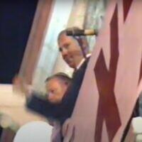 בנימין נתניהו על המרפסת בכיכר ציון, 95', צילום מסך מערוץ 2