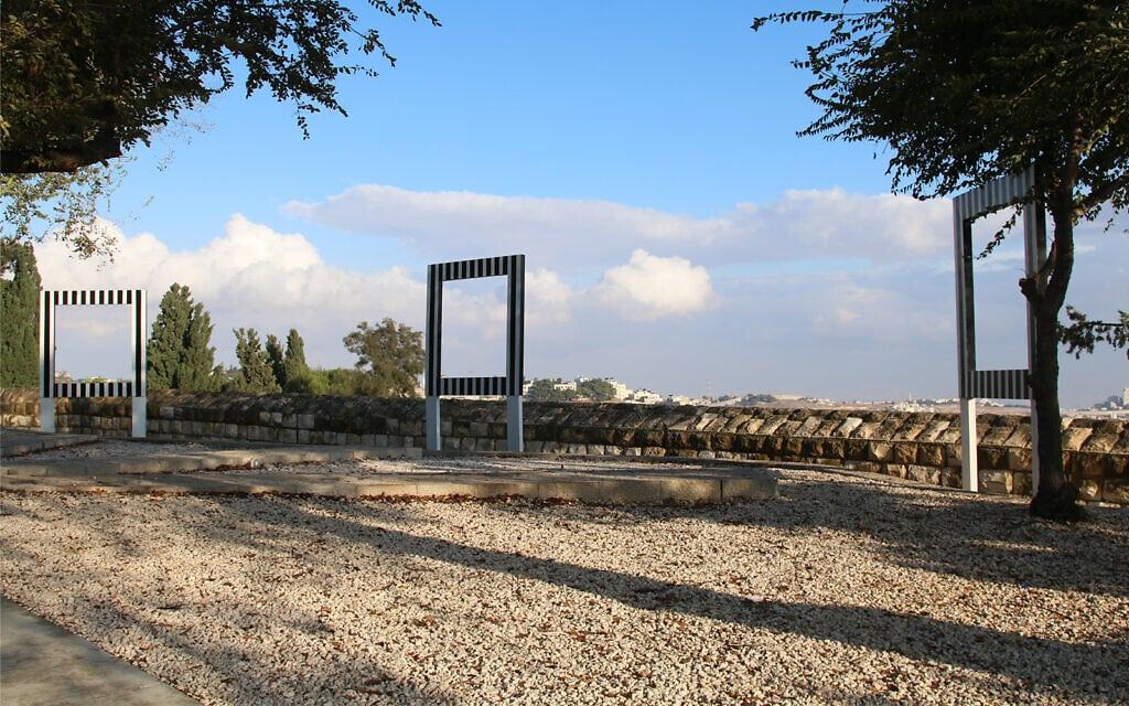 """פסל סביבתי של האמן הצרפתי דניאל ביורן בטיילת הר ציון בירושלים. שלוש המסגרות הריקות נקראות """"שלוש נקודות מבט לדיאלוג"""" (צילום: שמואל בר-עם)"""