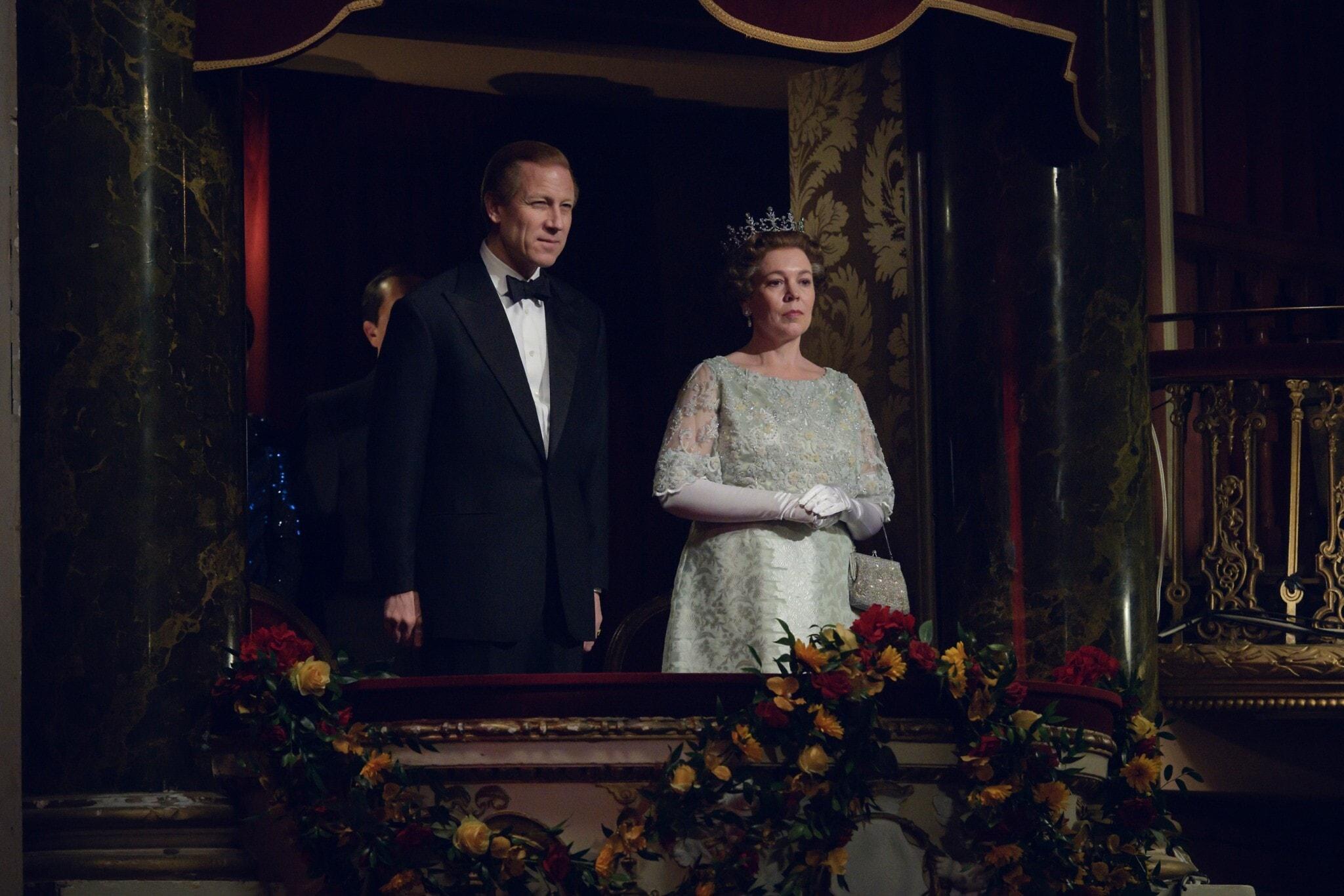 """אוליביה קולמן וטוביאס מנזי בתפקיד המלכה אליזבת השנייה והנסיך פיליפ, בעונה הרביעית של """"הכתר"""" (צילום: Alex Bailey/Netflix)"""