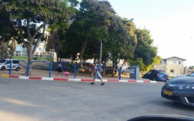 בית ספר בשדרות: בהעדר מעבר חצייה מסודר, הילדים חוצים כביש עם תנועה ערה (צילום: עמותת אור ירוק)