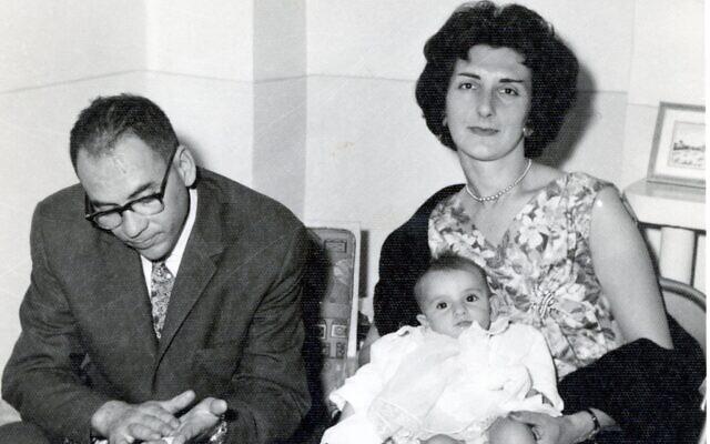 ג'קלין סאפר כתינוקת עם הוריה רמחט וסטלה (שם נעורים אוורלי) לאווי בטהרן, 1961 (צילום: (צילום באדיבות סאפר))