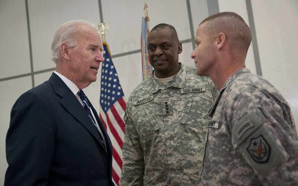 משמאל: ביידן, כסגן נשיא, עם מפקד הכוחות בעיראק, גנרל אוסטין (במרכז), בבגדד בשנת 2011 (צילום: משרד ההגנה האמריקני.)