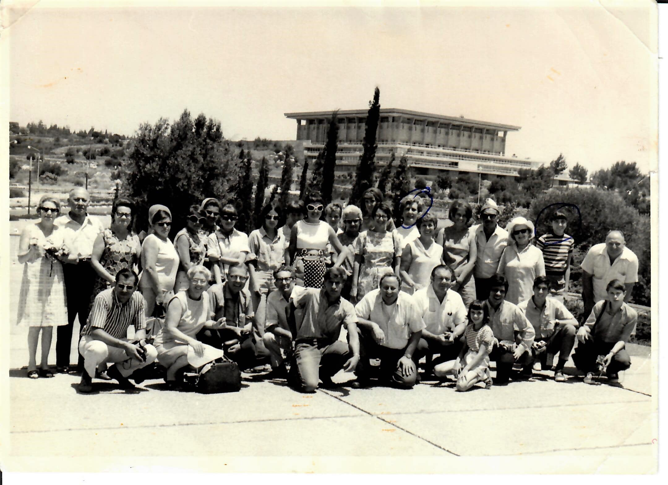 ג'קלין בת 8 (בשורה הראשונה, מימין) בטיול קבוצתי בישראל, 1969. אמה סטלה ואחותה ויקטוריה עומדות מאחור (מסומנות בעיגולים) (צילום באדיבות סאפר)