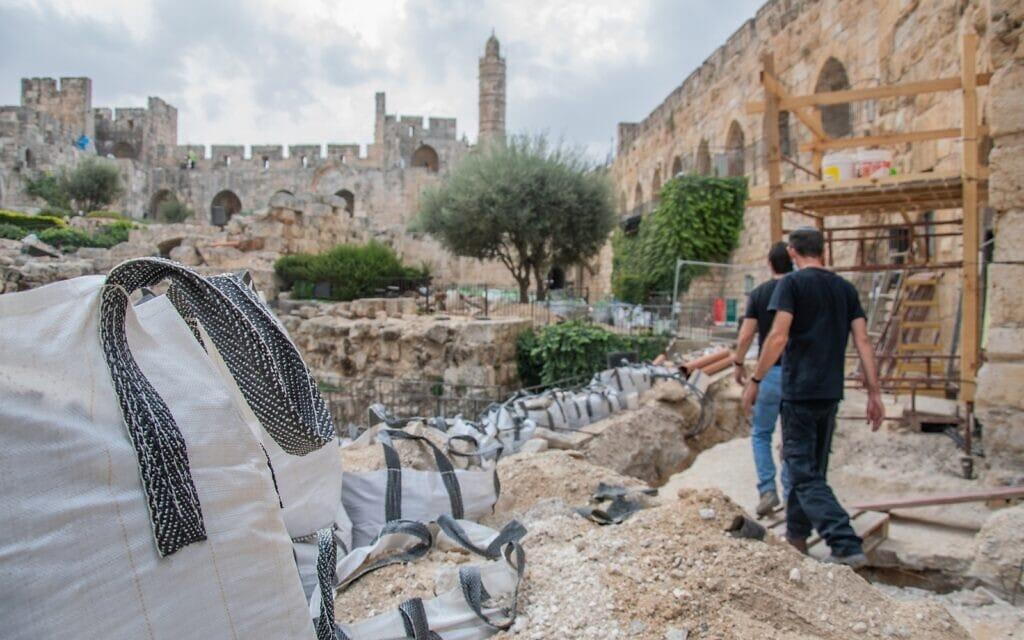 עמית ראם מתדרך ארכאולוגים בחפירות מגדל דוד (צילום: רשות העתיקות)