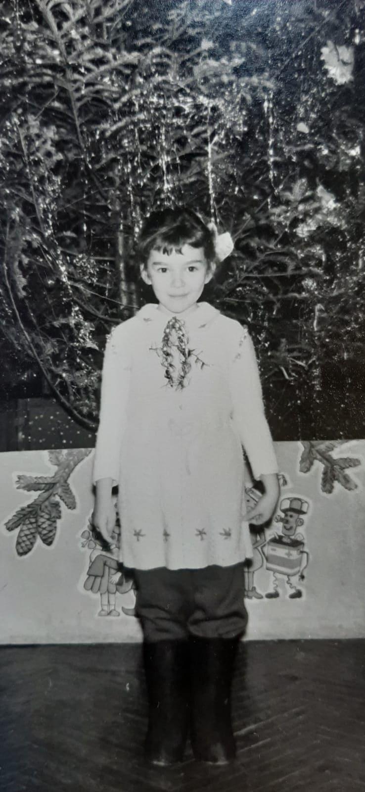 אירה טולצ'ין אימרגליק חוגגת נובי גוד בגיל 5, ב-1985 (צילום: האלבום המשפחתי)