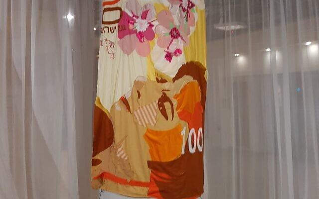 סטודיו-בנק. היצירה שמיכת לאה, של מיכל ארז היצירות שמוצגת בתערוכה שהתקיימה בסניף בנק שנסגר. דצמבר 2020