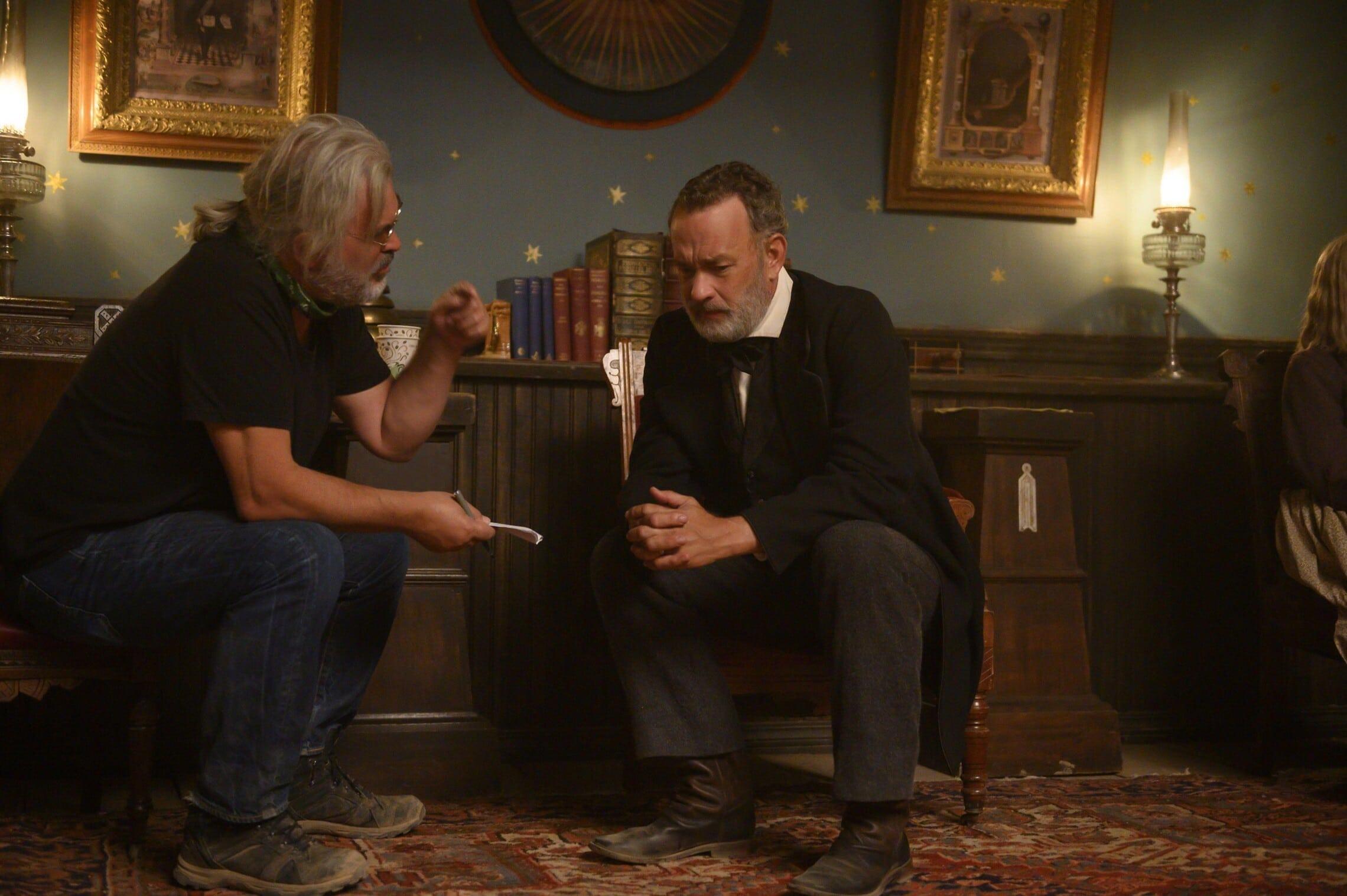 """טום הנקס והבמאי פול גרינגראס על הסט של """"חדשות העולם"""" (צילום: Bruce W. Talamon/Universal Pictures)"""