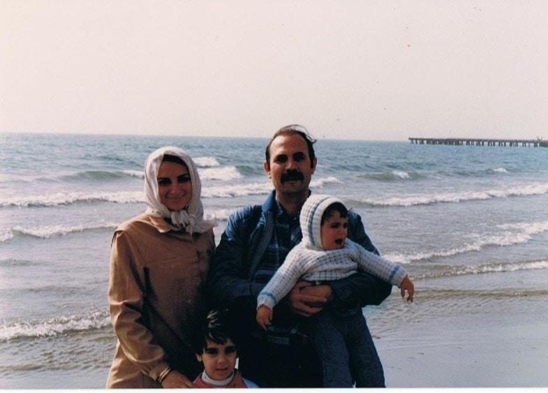 ג'קלין סאפר עם בעלה אבי וילדיהם בבנדר בושהר (על חוף המפרץ הפרסי), 1985 (צילום: (צילום באדיבות סאפר))