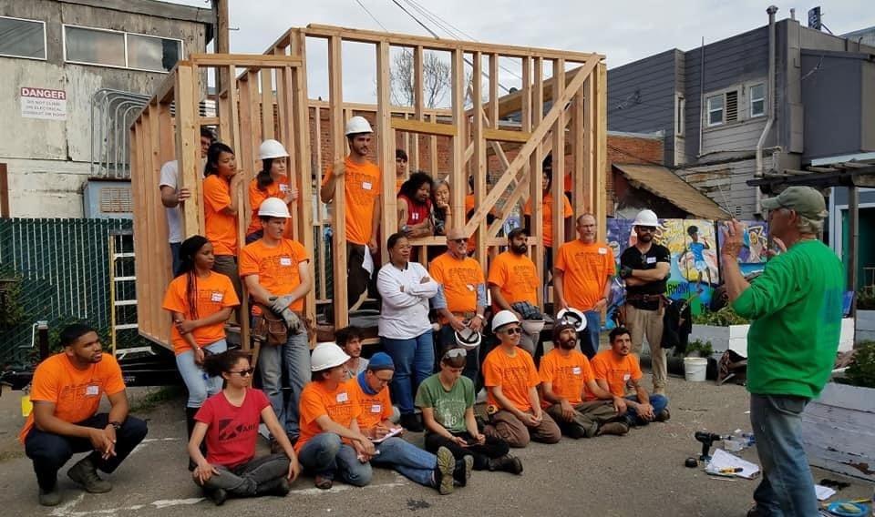 צעירים ומתנדבים לומדים באפריל 2018 לבנות בתים זעירים (צילום: באדיבות רג'ינלד גנטרי)