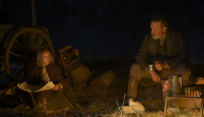 """טום הנקס והלנה זנגל ב""""חדשות העולם"""" (צילום: Bruce W. Talamon/Universal Pictures)"""