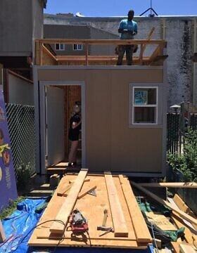 מתנדבים עובדים על הבית הזעיר הראשון בברקלי, קליפורניה, ביולי 2017 (צילום: באדיבות רג'ינלד גנטרי)
