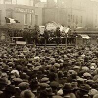 עצרת המונית של רפובליקנים איריים (מתנגדי הסדר החלוקה) זמן קצר לאחר מלחמת האזרחים. דבלין, 19 באוגוסט, 1923 (צילום: הספריה הלאומית של אירלנד)